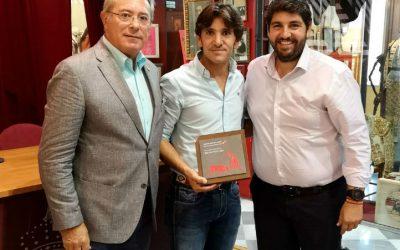 Diego Ventura recibe el premio como triunfador de Murcia en 2017